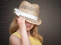 Retrato de la pequeña muchacha rubia con el sombrero de paja Fotos de archivo libres de regalías
