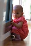Retrato de la pequeña niña afroamericana que se sienta en la f Fotografía de archivo