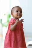 Retrato de la pequeña niña afroamericana que sonríe - negro Fotografía de archivo