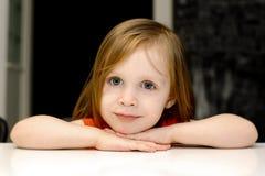 Retrato de la pequeña niña pequeña linda fotografía de archivo libre de regalías