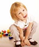Retrato de la pequeña pintura y de jugar lindos de la muchacha, engañando alrededor, aislados en el fondo blanco Fotos de archivo libres de regalías