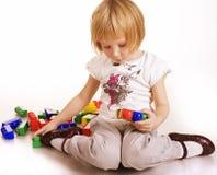 Retrato de la pequeña pintura y de jugar lindos de la muchacha, engañando alrededor, aislados en el fondo blanco Imágenes de archivo libres de regalías