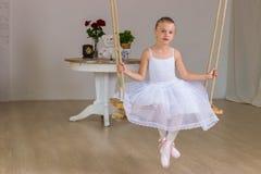Retrato de la pequeña bailarina linda en el oscilación Imágenes de archivo libres de regalías