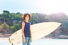 Retrato de la persona que practica surf adolescente linda con el tablero de resaca Imagen de archivo