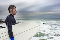 Retrato de la persona que practica surf que ve el océano Imágenes de archivo libres de regalías