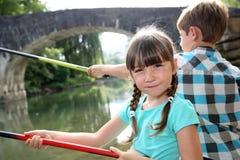 Retrato de la pesca de la niña en el río Imagen de archivo libre de regalías