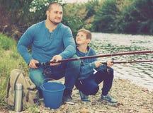 Retrato de la pesca del padre y del hijo con las barras Foto de archivo
