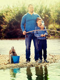 Retrato de la pesca del padre y del hijo con las barras Fotos de archivo