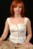 Retrato de la pista roja en la blusa blanca Imagenes de archivo