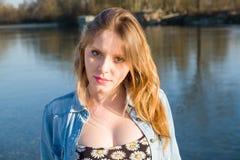 Retrato de la primavera cerca de un río imágenes de archivo libres de regalías