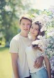 Retrato de la primavera de pares jovenes en el jardín Fotografía de archivo libre de regalías