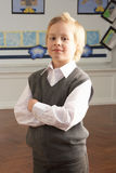 Retrato de la pupila masculina de la escuela primaria que se coloca adentro Fotos de archivo