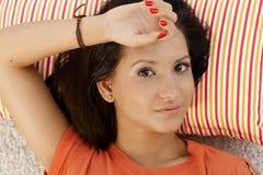 Retrato de la reclinación femenina joven Foto de archivo libre de regalías