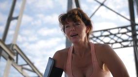 Retrato de la respiración femenina mayor después de correr almacen de video