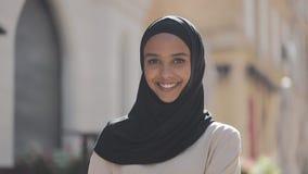 Retrato de la risa del pañuelo del hijab de la mujer que lleva musulmán hermosa joven alegre en la ciudad vieja Cierre para arrib almacen de video