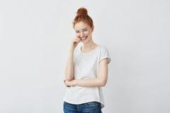 Retrato de la risa hermosa joven de la muchacha del pelirrojo Fotos de archivo libres de regalías
