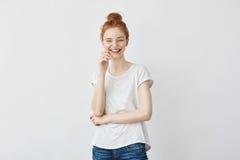 Retrato de la risa hermosa joven de la muchacha del pelirrojo Imagen de archivo libre de regalías