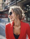 Retrato de la risa hermosa de la mujer de moda Fotos de archivo libres de regalías