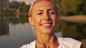 Retrato de la risa rubia hermosa de la mujer metrajes