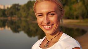 Retrato de la risa rubia hermosa de la mujer almacen de video