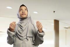 Retrato de la rogación del vestido del hijab del niño que lleva musulmán asiático Imagen de archivo