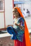 Retrato de la sari india anaranjada de la mujer hermosa mayor asiática y azul tradicional sonriente del vestido que lleva imagen de archivo