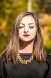 Retrato de la señora bastante elegante de los jóvenes que presenta cerca de tre del colourfull fotografía de archivo