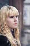 Retrato de la señora con el pelo amarillo foto de archivo libre de regalías