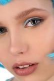 Retrato de la señora con el pelo azul Cierre para arriba Fondo blanco Foto de archivo