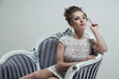 Retrato de la señora del encanto en vestido de lujo Fotografía de archivo