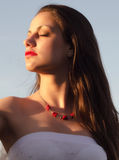 Retrato de la señora elegante hermosa que disfruta de día de verano soleado Fotos de archivo libres de regalías