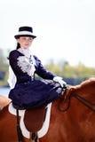 Retrato de la señora en paseo del montar a caballo imagen de archivo