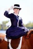 Retrato de la señora en paseo del montar a caballo foto de archivo libre de regalías