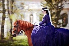 Retrato de la señora en un caballo rojo Imagen de archivo