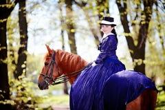 Retrato de la señora en un caballo rojo foto de archivo