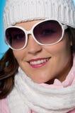 Retrato de la señora joven con las gafas de sol blancas grandes Imagen de archivo