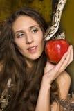 Retrato de la señora joven de la belleza con la serpiente y la manzana roja Foto de archivo libre de regalías