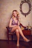 Retrato de la señora joven sensual hermosa con el teléfono elegante Imagenes de archivo