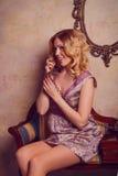 Retrato de la señora joven sensual hermosa con el teléfono elegante Foto de archivo