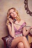 Retrato de la señora joven sensual hermosa con el teléfono elegante Foto de archivo libre de regalías