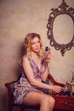 Retrato de la señora joven sensual hermosa con el teléfono elegante Imagen de archivo