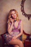 Retrato de la señora joven sensual hermosa con el teléfono elegante Fotografía de archivo