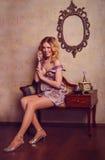 Retrato de la señora joven sensual hermosa con el teléfono elegante Imagen de archivo libre de regalías