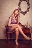 Retrato de la señora joven sensual hermosa con el teléfono elegante Fotografía de archivo libre de regalías