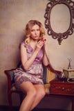 Retrato de la señora joven sensual hermosa con el teléfono elegante Fotos de archivo libres de regalías