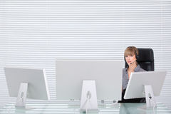 Retrato de la secretaria en una oficina de alta tecnología limpia Fotos de archivo