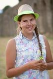 Retrato de la sentada adolescente alegre feliz en pajar Imagenes de archivo