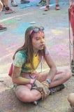 Retrato de la sentada adolescente en el piso en Colore Mulhouse 2017 Imágenes de archivo libres de regalías