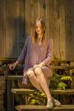 Retrato de la sentada femenina de moda en las escaleras Fotografía de archivo libre de regalías