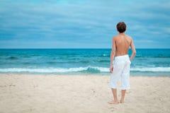 Retrato de la situación adolescente en la arena cerca del mar Foto de archivo